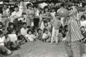 """Benjamín Linder interpretando a su personaje """"Benito El Tonto"""". Solía disfrazarse de payaso para apoyar actividades sociales como jornadas de vacunación y manifestaciones en contra de la guerra y la intervención de EE.UU."""