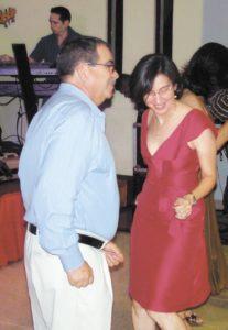 Convivio navideño de 2009 entre la Policía Nacional y el Ejército de Nicaragua. Aminta Granera baila con el general Omar Halleslevens, entonces jefe del cuerpo castrense y ahora vicepresidente de la República.