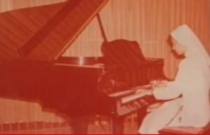 1975. Tocando el piano, a la fecha una de sus actividades preferidas.