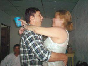 """Hurtado estuvo en prisión 4 de los 21 años a los que fue condenado debido a que, según los médicos que le revisaron, sufría de múltiples dolencias, entre las que se incluía """"estrés carcelario"""". Poco después al enfermo de gravedad se le vio bailando alegremente en una fiesta, tal y como muestra la fotografía. / Cortesía"""