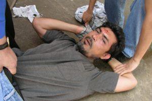 Trabajadores del Canal 23 retienen a William Hurtado, poco después de que este disparara contra Carlos Guadamuz frente a las oficinas de la televisora. / Cortesía Bolsa de Noticias