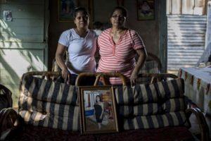 Jessica Muñoz Hernández, tía de Brandon e Isabel Hernández, madre de Belkis, han asumido el cuido y manutención del pequeño. Foto Oscar Navarrete/ LA PRENSA.