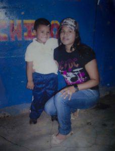 """Brandon veía las fotos de su mamá todo el día, tenía cuatro años cuando la asesinaron, ella 25. Una vez """"robó"""" el pasaporte de su madre para tenerlo en la mochila.  Foto Oscar Navarrete/ LA PRENSA."""