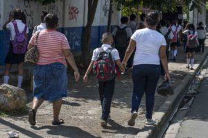 Brandon estudia en un colegio público, camina más de diez cuadras todos los días para ir y volver. Si tía y su abuela viven con él. Foto Oscar Navarrete/ LA PRENSA.