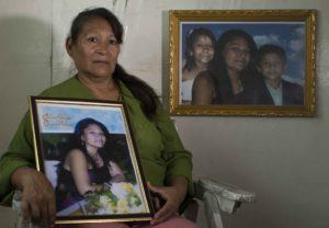 Ruth Mena, maestra jubilada, asumió el rol de madre con sus dos nietos, Alí y Jazmín. Su hija Saraliz González Mena fue asesinada por su exesposo José Vílchez. Foto: Jader Flores/LA PRENSA