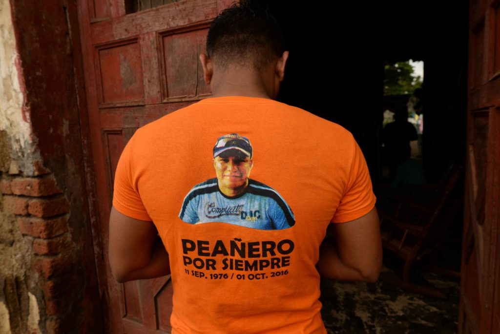 Gerald Pérez, miembro de los Peañeros Tradicionales con la camisa que rinde honor a su hermano Javier Gaitán, quien fue líder de ese grupo de cargadores y murió a los 40 años de edad.