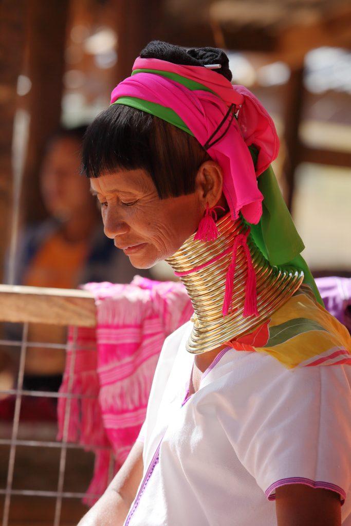 """Mujer Padaung o """"cuello de jirafa""""."""