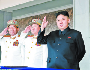 """PYO07 PYONGYANG (COREA DEL NORTE) 16/04/2012.- Una fotografÌa facilitada el lunes 16 de abril de 2012 por la agencia oficial de noticias norcoreana KCNA muestra el joven lÌder de Corea del Norte, Kim Jong-un (d), mientras saluda durante el centenario de su abuelo, Kim Il-sung, que se celebrÛ con un desfile militar en Pyongyang, Corea del Norte, el domingo 15 de abril de 2012. Durante la conmemoraciÛn, Kim Jong-un hablÛ por primera vez ante las masas para ensalzar al rÈgimen comunista y a su fundador, Kim Il-sung. EFE/KCNA / HANDOUT***S""""LO USO EDITORIAL***PROHIBIDA SU VENTA***"""