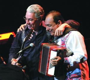 """Con su hermano Luis Enrique grabó Guitarra Armada y Canto Épico. Luis Enrique lo considera su """"referencia más importante"""" y un hermano """"también de canto, de luz, de lucha y de sueños""""."""