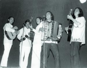 La mayoría de los grandes clásicos de Carlos Mejía se ubican entre 1973 y 1979 con Cantos a Flor de Pueblo, La Misa Campesina, El Son Nuestro de Cada Día, y Monimbó, asegura Francisco Cedeño.