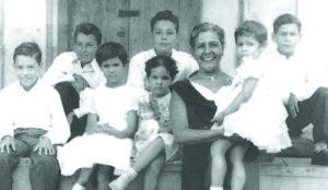 Carlos Mejía Godoy, su mamá Elsa Godoy y hermano