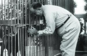 Anastasio Somoza García consiente a una de las fieras que mantenía en el  jardín-zoológico de casa Presidencial. En la jaula contigua encerraban a los prisioneros políticos.