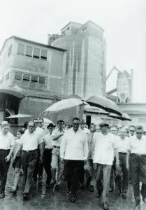 Anastasio Somoza Debayle en una visita por el aniversario de la Compañía Nacional Productora de Cemento
