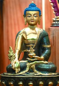 Buda de la medicina, imagen que forma parte del conjunto del altar del Centro Budista. En los textos budistas se explica que un Buda es una persona que se ha liberado del sufrimiento para llevar a todos los seres al mismo estado.