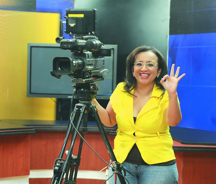 Lucía Pineda Ubau, periodista y presentadora de televisión, no ha dejado atrás las cámaras.