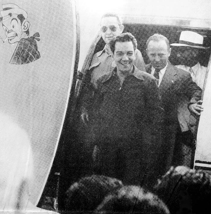 Mario Moreno Cantinflas bajando de su avión