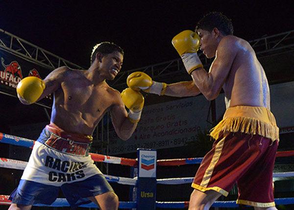 "David ""El Terry"" Acevedo, (izq)en pleno combate contra el leones Nelson Altamirano. Foto LA PRENSA/Manuel Esquivel"