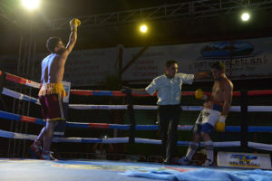 """y"""" Acevedo, en pleno combate contra el leones Nelson Altamirano."""