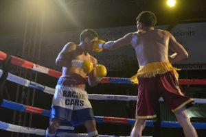 """David """"El Terry"""" Acevedo, (izq)en pleno combate contra el leones Nelson Altamirano."""