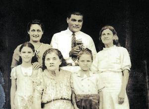 Bertha Zambrano (niña izq.) creció en Niquinohomo. En la foto con familiares, entre ellos su abuelita y su hermano Renée. Fotos cortesía: Marina Gálvez.