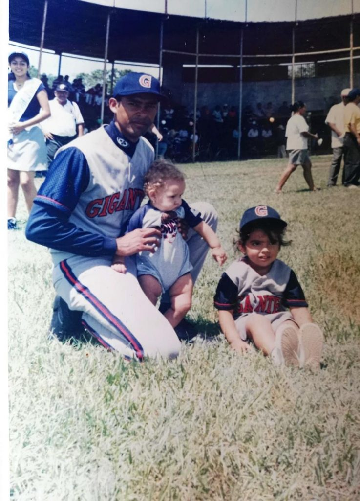 Eddy Talavera con sus hijas, en 2001. Actualmente la menor tiene 16 años y la mayor, 18.