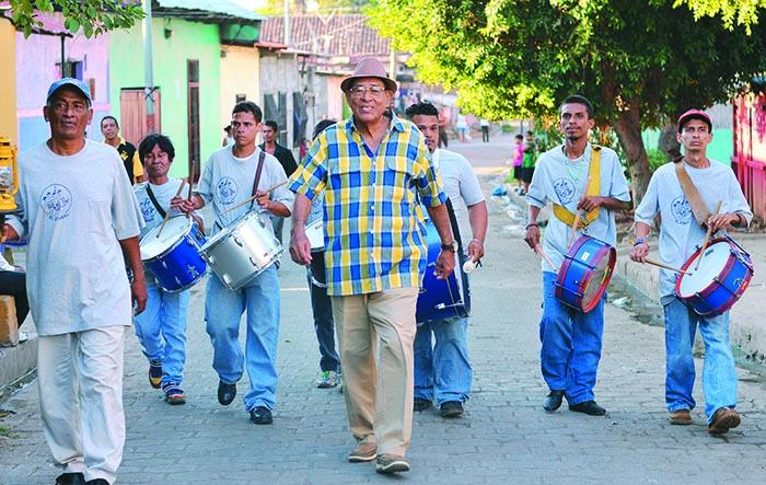 Fernando López, mayordomo del atabal, junto con el grupo que trata de mantener viva la tradición. Carlos Herrera / La Prensa