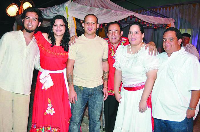 Carlos Mejía con Xochitl Jiménez. Luis, Augusto, María Elsa y Jorge.