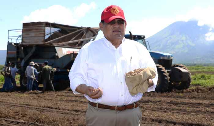 Mauricio Zacarias el Rey del Mani en la ciudad de Chinandega . Oscar Navarrete/LA PRENSA.