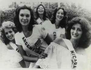 Beatriz Obregón Lacayo, Miss Nicaragua 1977, con reinas de bellezas de otros países, durante Miss Universo celebrado en República Dominicana. Foto: LA PRENSA/Cortesía.