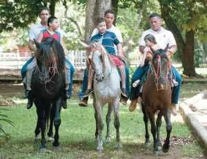 niños con autismo o Síndrome de Down u otras discapacidades. Programa de la fundación Coen. La magia de los caballos. Magazine.