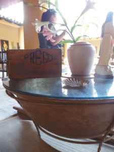 Una caja donde se distribuía el jabón y uno de los calderos que usó Daniel Prego se conservan en la casa de una de sus nietas. El caldero se ha ajustado como mesa de centro.