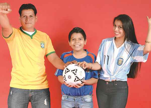 Manuel Moraga, 31 años, junto a su hijo y su hermana