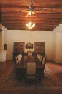 Un comedor para doce personas con armarios para la platería ocupan un salón entero de la casa, aunque los desayunos suelen tomarse en un comedor pequeño situado en un corredor adjunto, para disfrutar el fresco del patio interior.