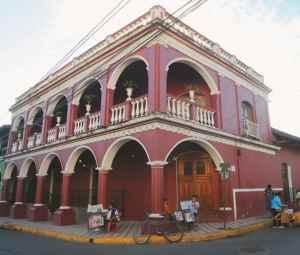 Desde mediados del siglo XIX la casa de Benjamín Lugo conserva su fachada y elementos decorativos originales. Según el arquitecto granadino Fernando López, la casa también debe su valor histórico al uso de materiales del mismo tipo para sus restauraciones.