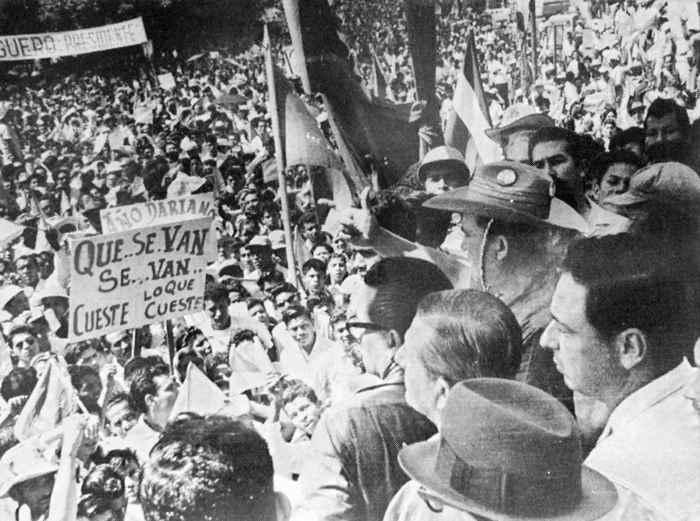 Algunos aspectos de la marcha en la Avenida Roosevelt, Fernando Agüero y Pedro Joaquín Chamorro; abajo en la mañana previa a la masacre frente al Palacio Nacional.