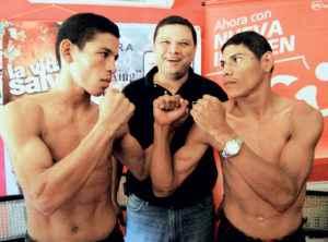 Al centro, Marcelo Sánchez, presidente de la promotora Pinolero Boxing.
