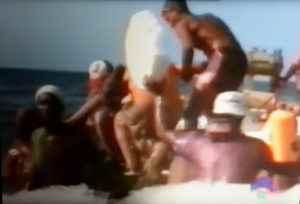 Cubanos montándose en una balsa en las playas de Cojimar.