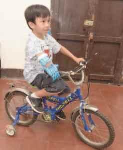Ashton Jarquín, en bicicleta