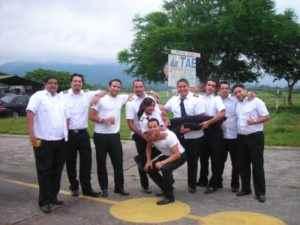 En El Salvador, a los 17 años, cargada por sus compañeros del curso de piloto comercial.