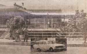 Sucursal del Banco de América asaltada en 1963, la camioneta que aparece en la fotografía, según los diarios de la época, era similar a la usada en el robo. Hoy de la antigua infraestructura del Banco no queda nada. Su dirección actual sería de la estatua de Montoya media cuadra al norte, y una cuadra al este.