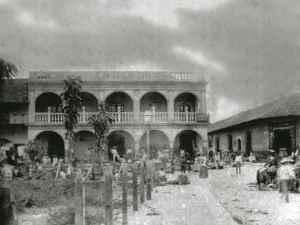 La antigua Plaza de Armas fue luego un importante centro en la vida comercial de la ciudad. El Parque Colón, construido sobre ella, todavía lo es hoy.