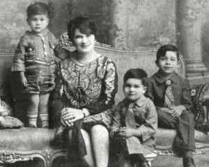 Carlos era el hijo menor de Bertha Rivas Novoa y Félix Martínez.