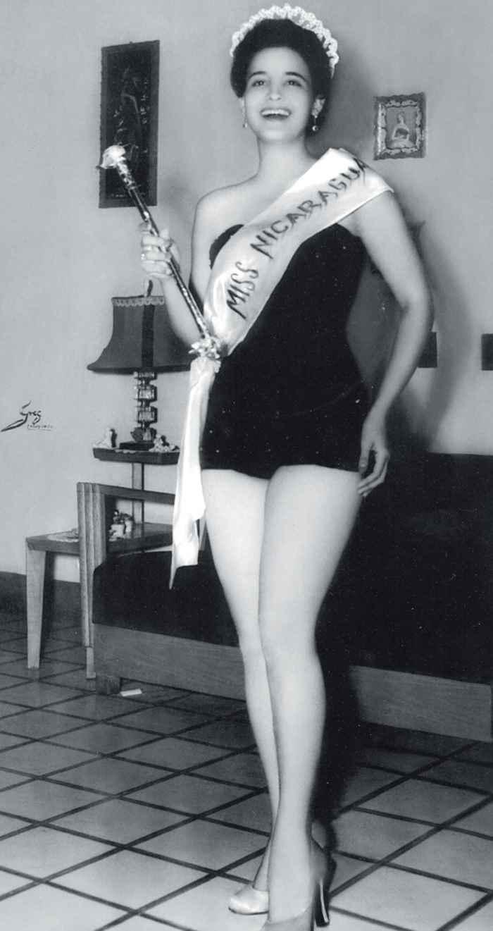 Rosa Argentina Lacayo. en la foto oficial como Miss Nicaragua 1955. Certamen de belleza. Miss Universo 1955