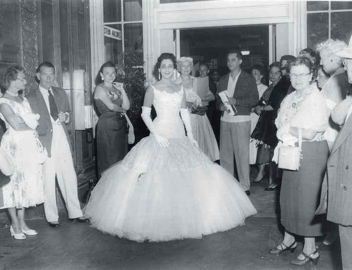 Rosa Argentina Lacayo, con el traje con el que fue coronada Miss Nicaragua 1955. Rosa Argentina Lacayo. en la foto oficial como Miss Nicaragua 1955. Certamen de belleza. Miss Universo 1955