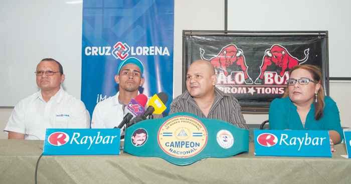 El boxeador retirado Rosendo Álvarez, en el centro de la foto. El negocio de los puños. Magazine