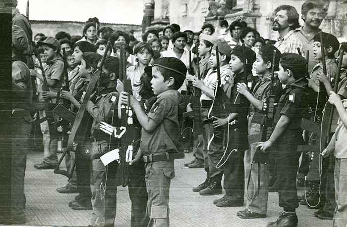 Parada militar de los niños del Comité de Defensa Sandinista (CDS)