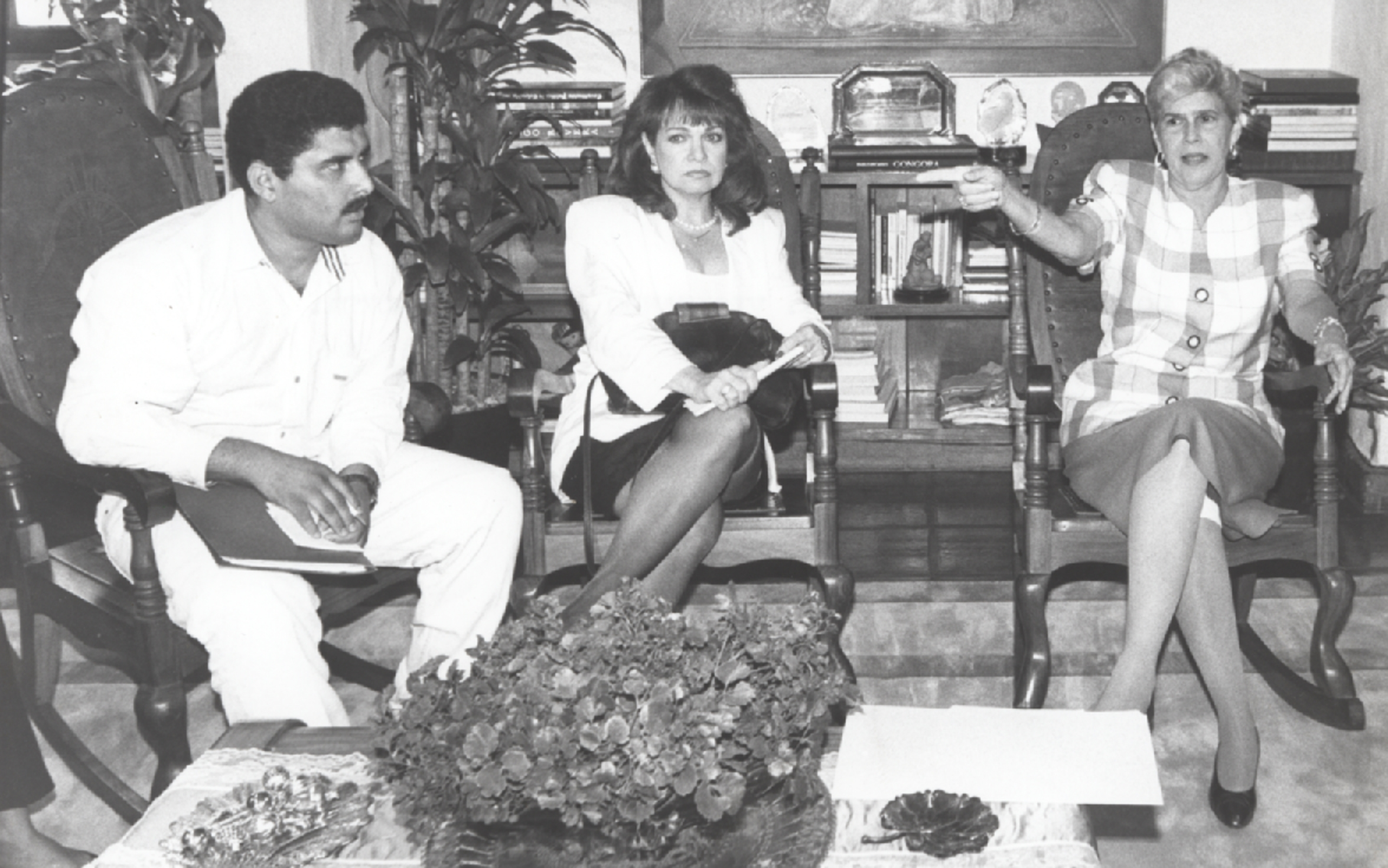 (FOTO DE ARCHIVO) Elsa de Bermudez, visitando a Violeta Chamorro. / 15 de Febrero de 1993 / LA PRENSA. Digitalización: Yury Salvatierra M.