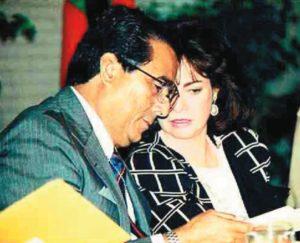 Enrique Bermúdez junto a su esposa durante un homenaje realizado en Miami.