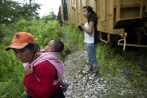 En 2014 Estados Unidos enfrentó una crisis por inmigración masiva de niños que viajaban solos. El Departamento de Seguridad Nacional reportó más de 68 mil niños indocumentados detenidos en zona fronteriza estadounidense. Más del 50 por ciento eran centroamericanos.
