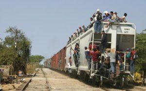 Los inmigrantes deben caminar 275 kilómetros desde la frontera con Guatemala hasta Arriaga, México, para tomar el primer tren.